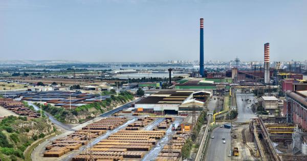 Taranto, operaio ex Ilva si sente male in fabbrica: è positivo al Coronavirus