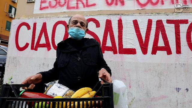 I lavoratori in nero in fila per un pacco di pasta: dagli addetti alle pulizie ai camerieri, i nuovi poveri nella periferia di Roma