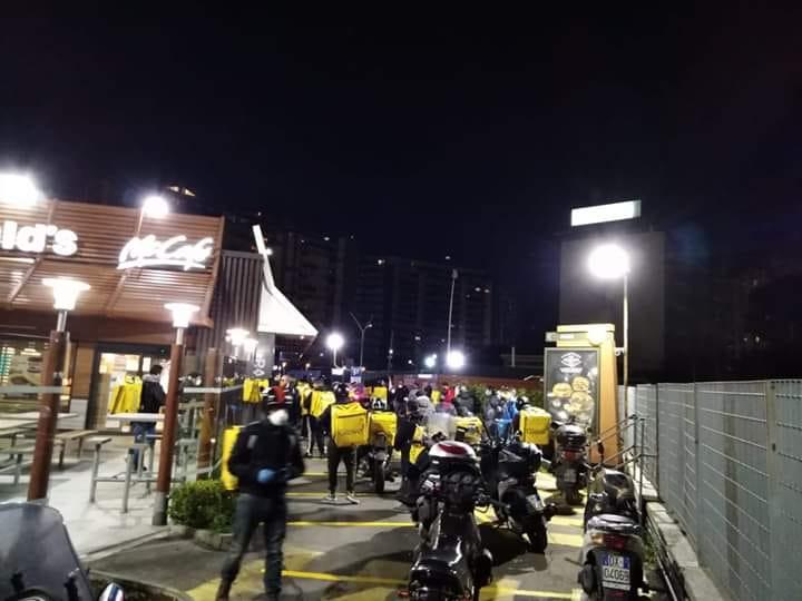"""La denuncia dei riders: """"Il sushi non è un diritto, la salute sì"""""""