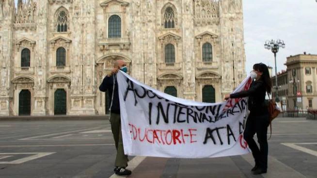 Docenti precari in piazza Duomo contro il concorso: multati per divieti anti covid