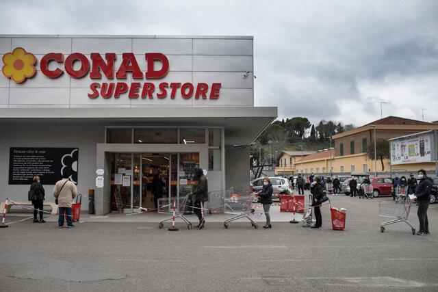 Gli eroi dei supermercati in cassa integrazione
