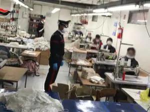 Le mascherine anti Covid? Cucite sfruttando lavoratori italiani e immigrati