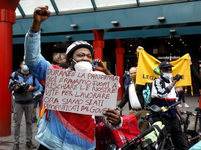 La protesta dei rider in piazzale Cadorna: «Lasciateci portare le bici in treno»